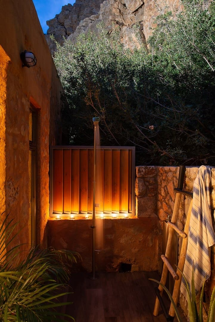 Outdoor shower under the rocks – villa Neptune
